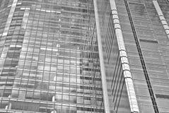 Современное офисное здание с фасадом стекла черная белизна Стоковые Фотографии RF