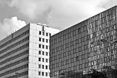 Современное офисное здание с фасадом стекла черная белизна Стоковые Изображения RF