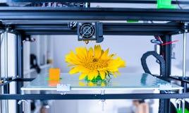 Современное печатание 3d дизайн yelement механизма принтера 3d работая прибора во время процессов стоковые изображения