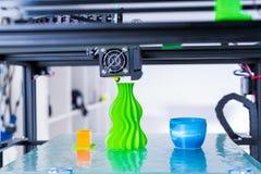 Современное печатание 3d дизайн yelement механизма принтера 3d работая прибора во время процессов стоковые изображения rf