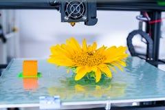 Современное печатание 3d дизайн yelement механизма принтера 3d работая прибора во время процессов стоковое изображение rf