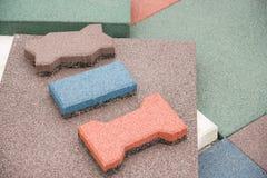 Современное покрытие пола в форме резиновых плиток красного цвета, зеленых Стоковое фото RF