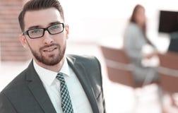 Современное положение бизнесмена в офисе стоковое изображение rf