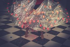 Современное представление Ноги ` s девушки танцуя на этапе стоковое фото rf