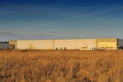 Современное промышленное здание над голубым небом Стоковое Изображение