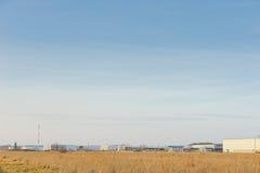 Современное промышленное здание над голубым небом Стоковые Изображения RF