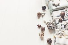 Современное рождество обернуло настоящие моменты с орнаментами и игрушками на whi Стоковое Изображение