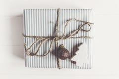 Современное рождество обернуло настоящий момент с орнаментом и дерево на белизне Стоковые Фото