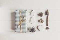 Современное рождество обернуло настоящий момент с орнаментом и дерево на белизне Стоковая Фотография