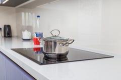 Современное стеклянное электрическое cooktop с управлением касания стоковая фотография