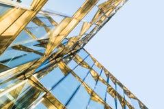 Современное стеклянное здание внутри к центру города Стоковое Изображение RF