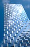 Современное стеклянное здание отражая голубое небо Стоковое фото RF