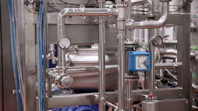 Современное технологическое промышленное оборудование Трубопроводы, насосы, фильтры, датчики, датчики, моторы танк на промышленно сток-видео