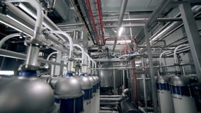 Современное технологическое промышленное оборудование Трубопроводы, насосы, фильтры, датчики, датчики, моторы танк на промышленно акции видеоматериалы