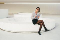 Современное чтение профессиональной женщины busienss на таблетке Стоковая Фотография RF