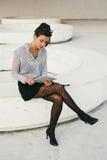 Современное чтение профессиональной женщины busienss на таблетке Стоковые Изображения RF