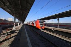 Современное ` Lastochka ` быстроходного поезда Меньшее кольцо железных дорог Москвы, 54 железная дорога орбитали 4-kilometre-long Стоковое фото RF