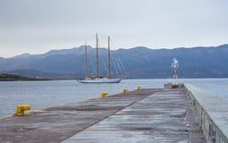 Современное 3-masted парусное судно в заливе Monemvasia Стоковое Изображение