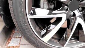 Современное SUV - колесо покрышки автомобиля - система торможения видеоматериал