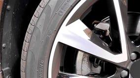 Современное SUV - колесо покрышки автомобиля - система торможения акции видеоматериалы