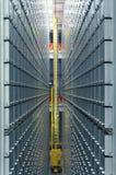Современной система автоматизированная библиотекой shelving стоковое фото