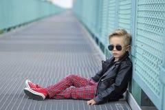 Современно одетый мальчик, представляет как модель стоковые фото