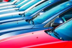 Современные автомобили в запасе стоковые фотографии rf