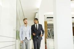 Современные бизнесмены в офисе Стоковые Фото
