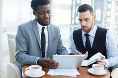 Современные бизнесмены обсуждая работу в встрече Стоковые Фотографии RF