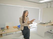 Современные бизнес-леди в офисе и таблетке пользы стоковые изображения rf