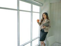 Современные бизнес-леди в офисе стоковые изображения