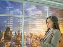 Современные бизнес-леди смотрят вещь таблетки о фондовой бирже, ci стоковые изображения