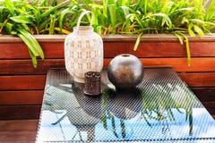 Современные вазы на стеклянном столе Стоковое Изображение RF