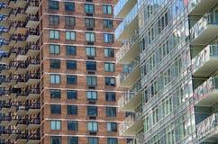 Современные высокие балконы и окна подъема пересекая предпосылку Стоковое Изображение