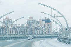 Современные городские здание и шоссе с автомобилями современный жилой квартал города Стоковое Фото