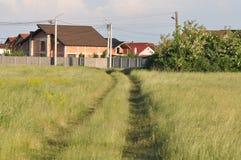 Современные дома и проселочная дорога стоковое изображение rf
