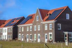 Современные дома строки с панелями солнечных батарей на солнечный день стоковые изображения rf