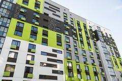 Современные жилые дома с внешними объектами, фасадом новых низкоэнергических домов стоковые изображения rf