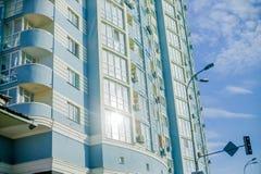 Современные жилые комплексы для продажи, современные здания с большими окнами стоковые фото