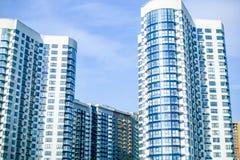 Современные жилые комплексы для продажи, современные здания с большими окнами стоковые изображения