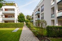 Современные жилые дома, квартиры в новом городском снабжении жилищем стоковая фотография rf