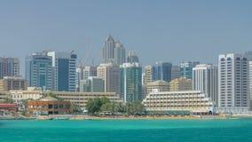 Современные здания в timelapse горизонта Абу-Даби с молом и пляжем видеоматериал
