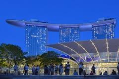Современные здания и света на море и абстрактных архитектурах и горизонт ночи в Сингапуре Стоковое Изображение RF
