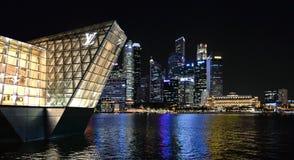 Современные здания и света на море и абстрактных архитектурах и горизонт ночи в Сингапуре Стоковое Фото
