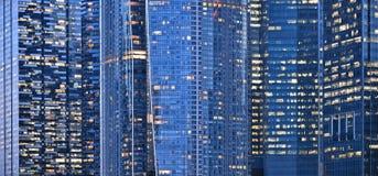Современные здания и света на море и абстрактных архитектурах и горизонт ночи в Сингапуре стоковая фотография