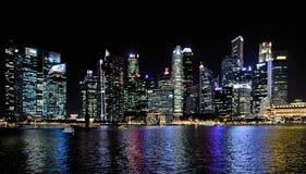 Современные здания и света на море и абстрактных архитектурах и горизонт ночи в Сингапуре Стоковая Фотография RF