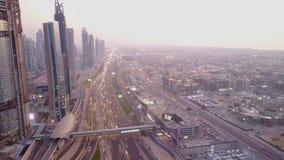 Современные здания и шоссе Взгляд на современных небоскребах и занятое выравнивающ день шоссе в центре города роскоши города Дуба Стоковое Изображение RF