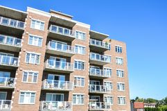 Современные здания кондо с огромными окнами и балконы в Монреале Стоковая Фотография RF
