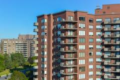 Современные здания кондо с огромными окнами Стоковое фото RF