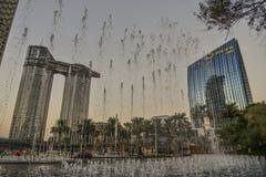 Современные здания на заходе солнца в Дубай, ОАЭ стоковые фото